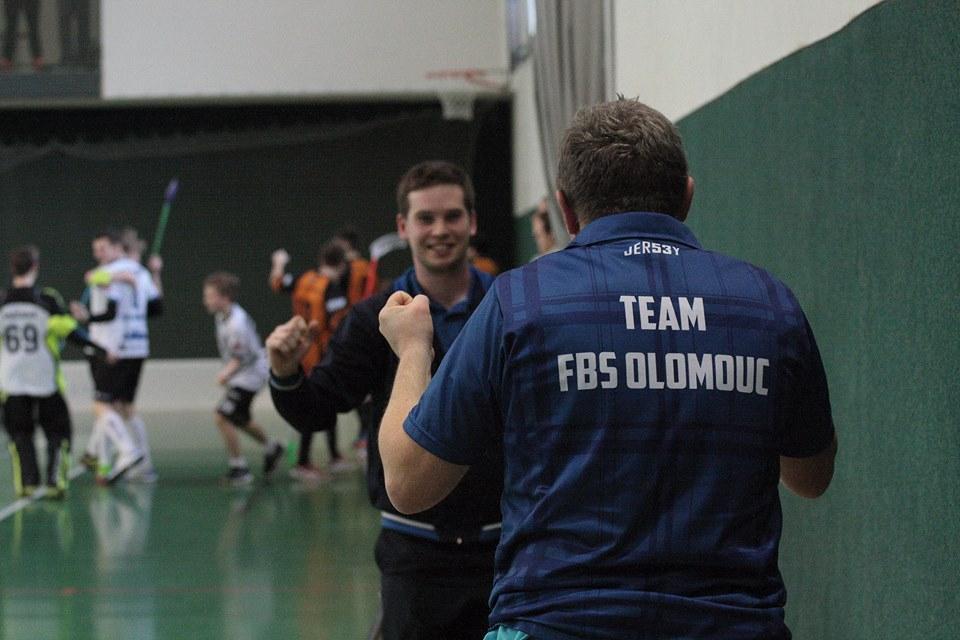 Obrázek 1: Lukáš Rubín (vlevo) při radosti ze vstřelené branky s vedoucím týmu Jaroslavem Dudou (vpravo).