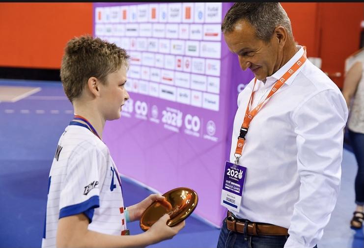 Obrázek 1: Marek Tomášek přebírá trofej pro vítěze Prague Games 2020.