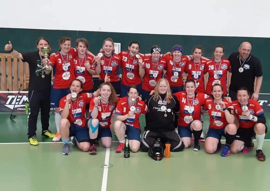 Obrázek 1: Zdeněk Cholek s ženským rezervním týmem.
